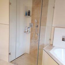 Badezimmer in Zwickau mit bodenebener Dusche mit Rinnenablauf und Edelstahl-Wandablagen für Duschbedarf