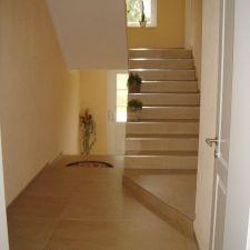 Gefliester Treppenaufgang im Landhausstil