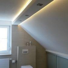 Modernes Badezimmer in Bernsdorf mit hinterleuchteten Deckenbalken