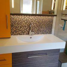 Schöne Mosaikfliesen in Verbindung mit maßgefertigtem Design-Möbel