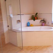 Schönes Badezimmer mit großer Badewanne und Dusche in Zwickau