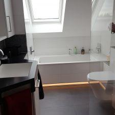 Tolles Badezimmer mit indirekter Beleuchtung